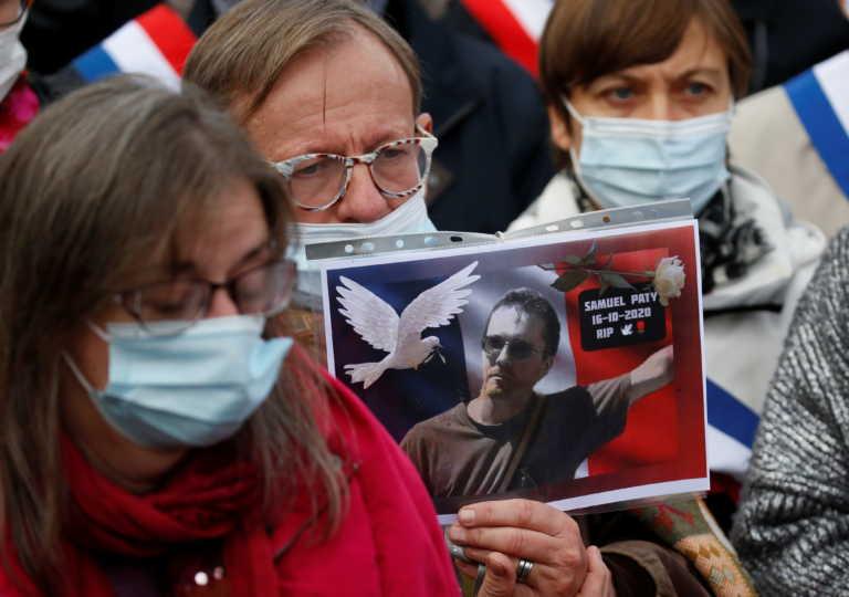 Παρίσι: Ρίγη συγκίνησης για τον καθηγητή που αποκεφαλίστηκε