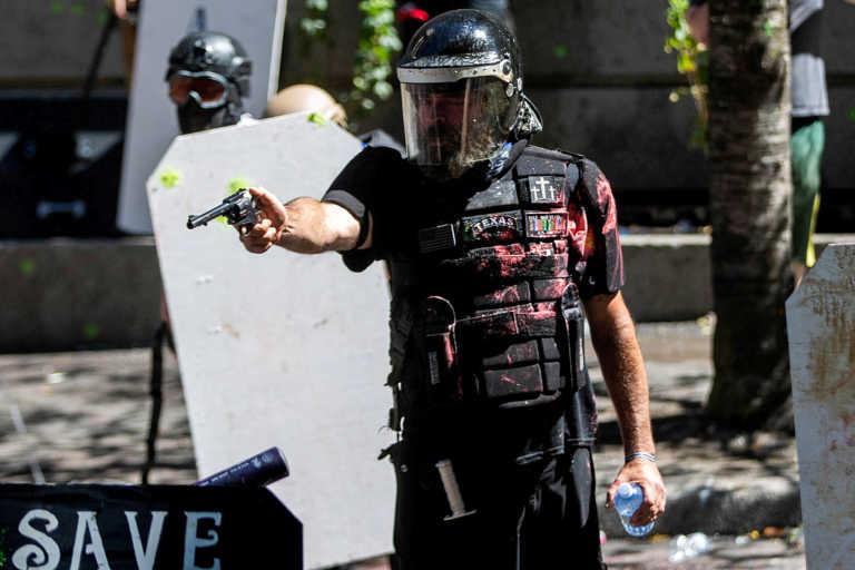 Πόρτλαντ: Συνελήφθη ακροδεξιός που έβγαλε όπλο κατά αντιρατσιστών διαδηλωτών (pics)
