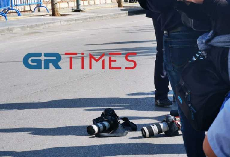 Φωτορεπόρτερ κατέβασαν τις μηχανές τους μπροστά στην Πρόεδρο της Δημοκρατίας