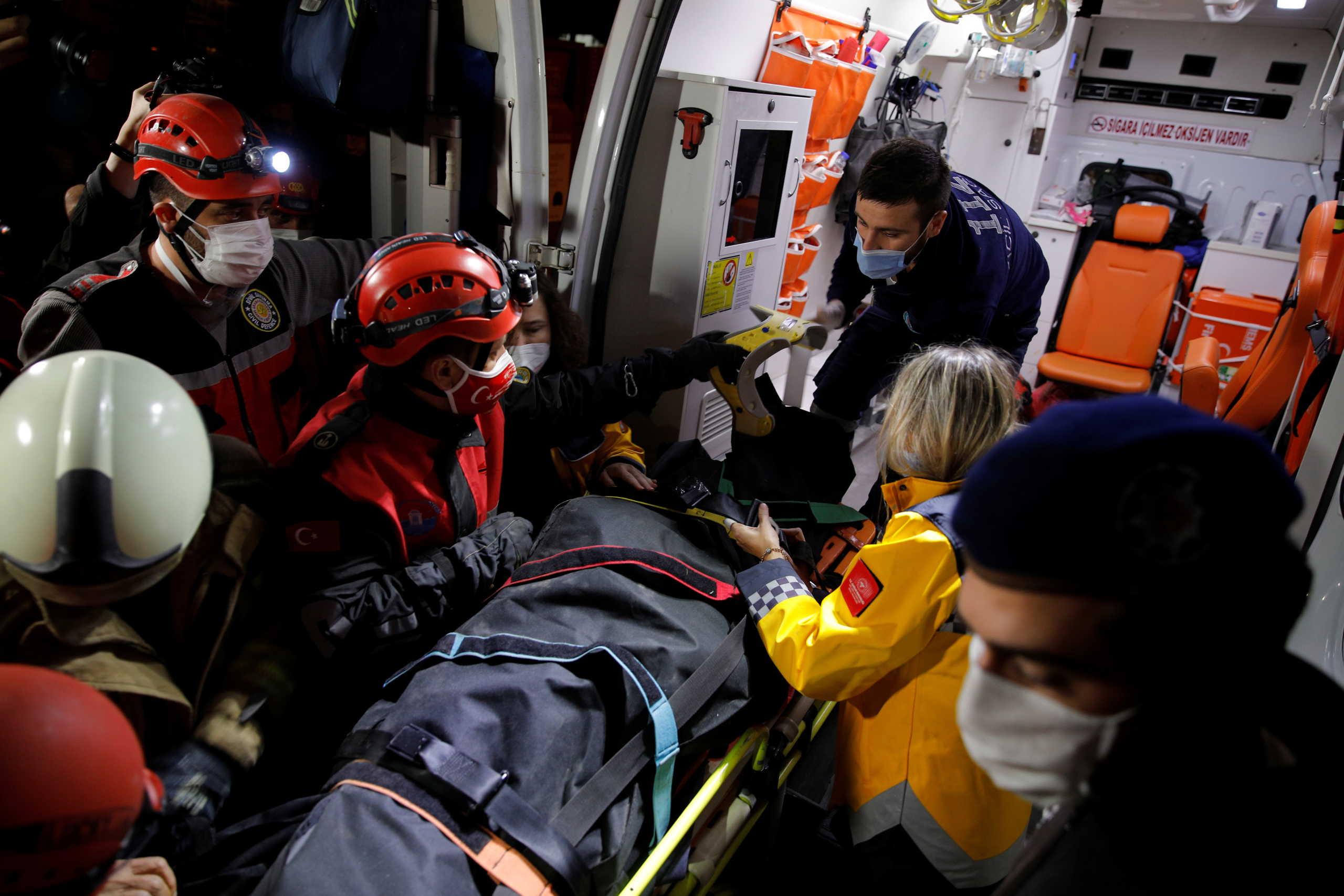 Σεισμός: 24 οι νεκροί στην Σμύρνη! Αγωνιώδεις προσπάθειες να βρεθούν επιζώντες (pics, video)