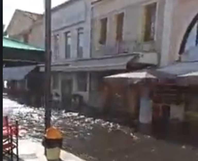 Σεισμός στη Σάμο: Η στιγμή που η θάλασσα βγαίνει στην στεριά