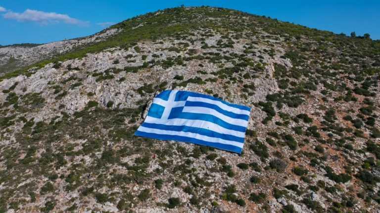 28η Οκτωβρίου: Με γιγαντιαία σημαία στον Υμηττό τιμά την επέτειο ο Δήμος Γλυφάδας