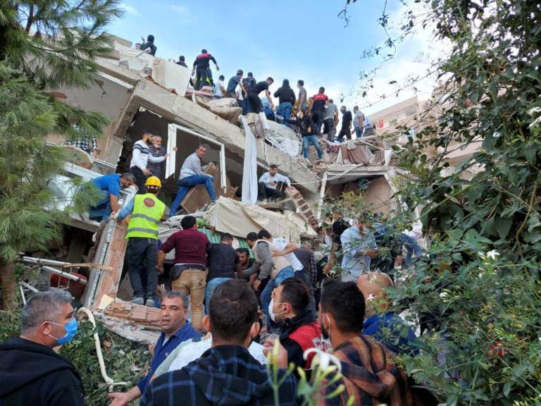 Σεισμός: 4 νεκροί και πάνω από 100 τραυματίες στη Σμύρνη – Εικόνες απίστευτης καταστροφής
