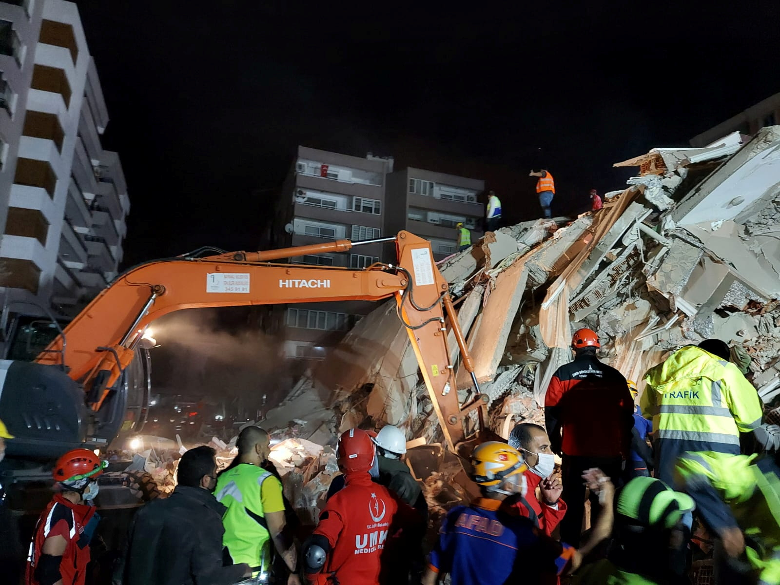 Σεισμός: Αυξάνονται συνεχώς οι νεκροί στη Σμύρνη – Πάνω από 700 τραυματίες (pics, video)