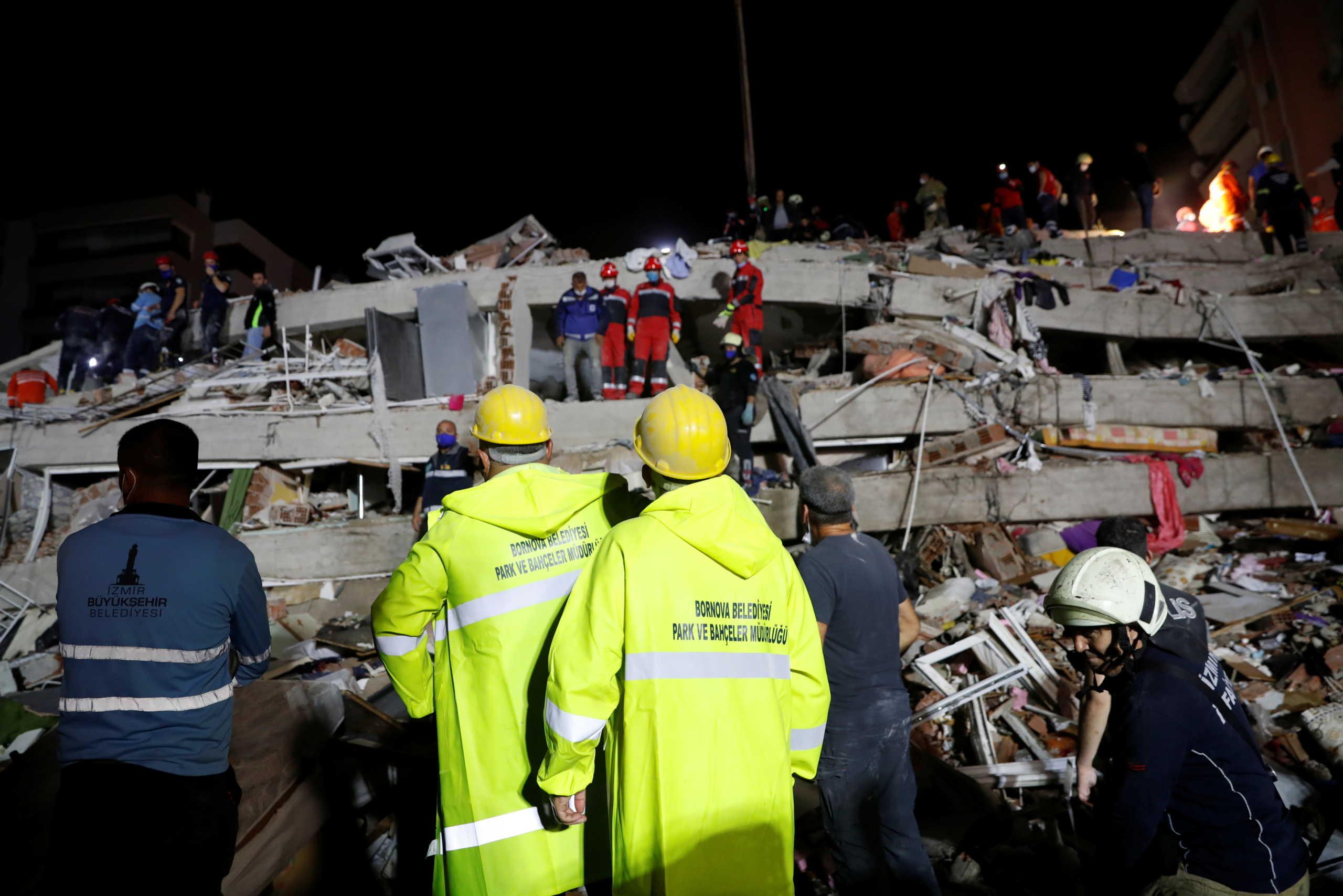 Σεισμός: Μάχη με το χρόνο στη Σμύρνη για τους εγκλωβισμένους – Αυξάνονται συνεχώς οι νεκροί