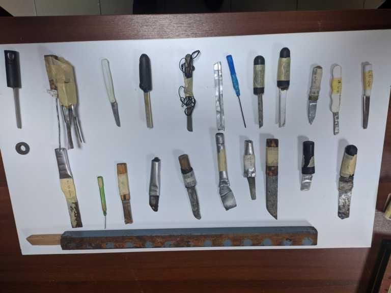 Έρευνα στις φυλακές Κορυδαλλού και Χανίων: Κρατούμενοι έκρυβαν μαχαίρια, κατσαβίδια και σουβλιά (pics)