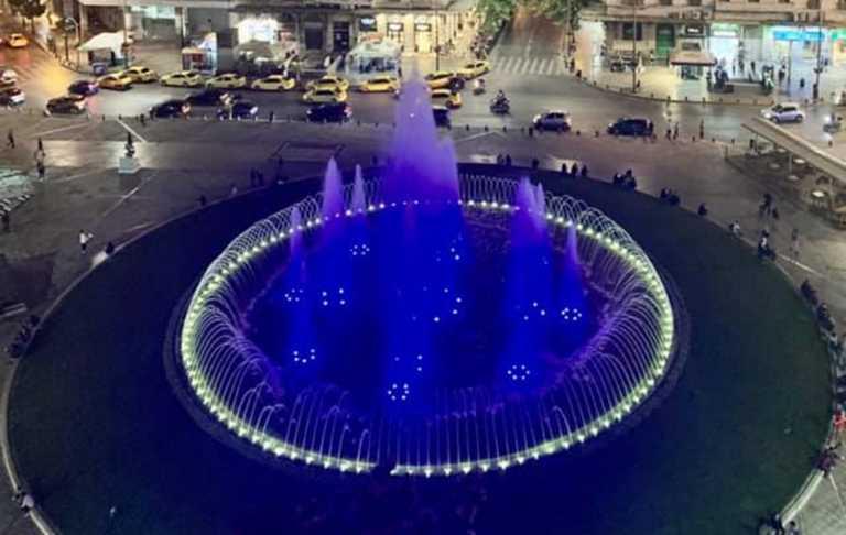 28η Οκτωβρίου: Στα γαλανόλευκα το συντριβάνι της Ομόνοιας – Η ανάρτηση Μπακογιάννη
