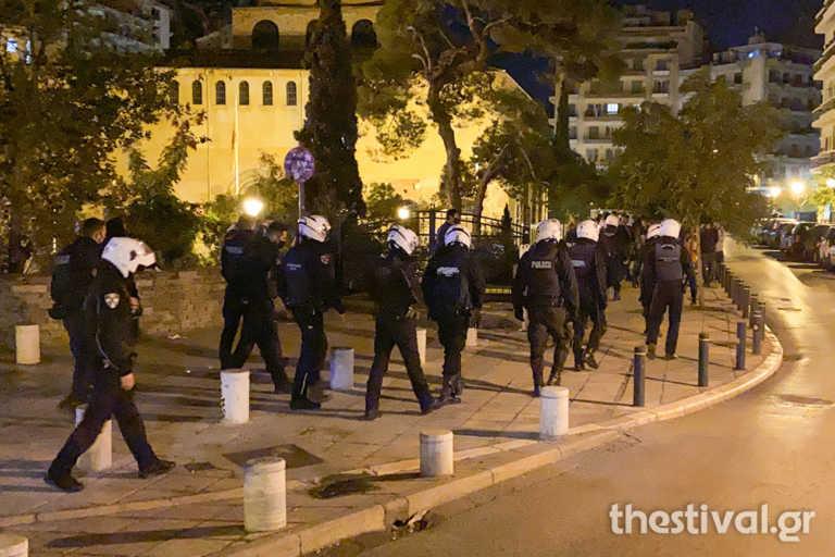 """Επιχείρηση κατά του… συνωστισμού στη Θεσσαλονίκη! """"Μάζεψαν"""" κόσμο από κεντρικό δρόμο (video)"""