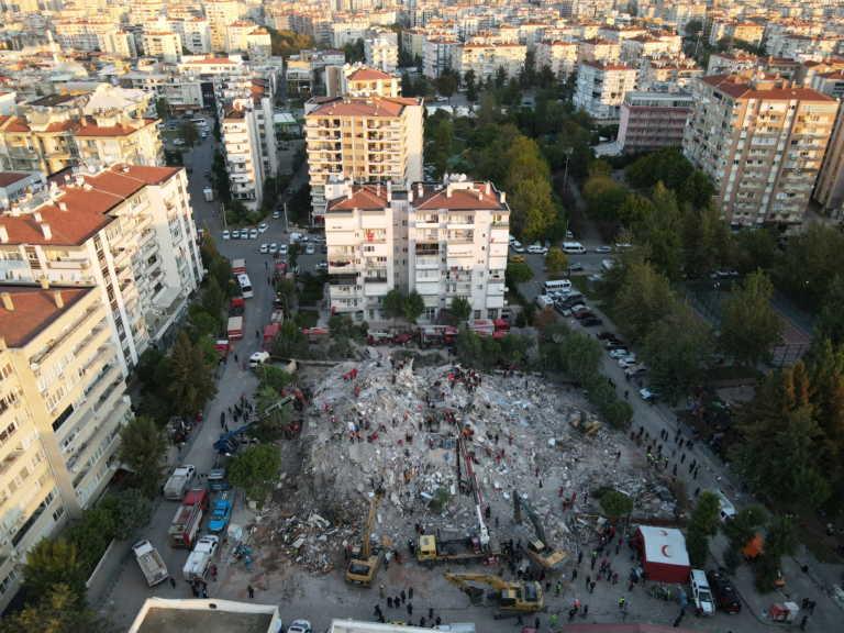 Σεισμός: 27 οι νεκροί στην Σμύρνη! Αγωνία για γυναίκα και τα 4 παιδιά της που έχουν καταπλακωθεί (video)