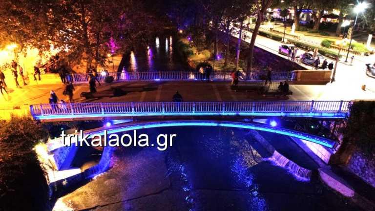 Τρίκαλα: Εντυπωσιακή φωταγώγηση της κεντρικής πεζογέφυρας! Η εξήγηση για το μπλε της χρώμα (Βίντεο)