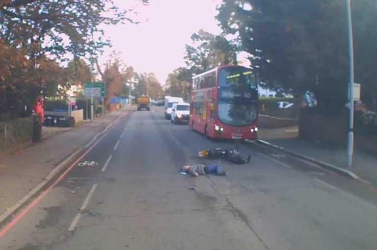 Εικόνες-σοκ! Μοτοσικλετιστής χτυπά πεζό και δευτερόλεπτα μετά περνά… λεωφορείο