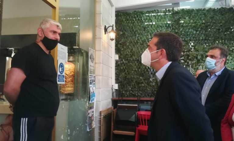 Κοζάνη: Η βόλτα του Αλέξη Τσίπρα, οι selfies και ο διάλογος με ιδιοκτήτη ψησταριάς (Βίντεο)