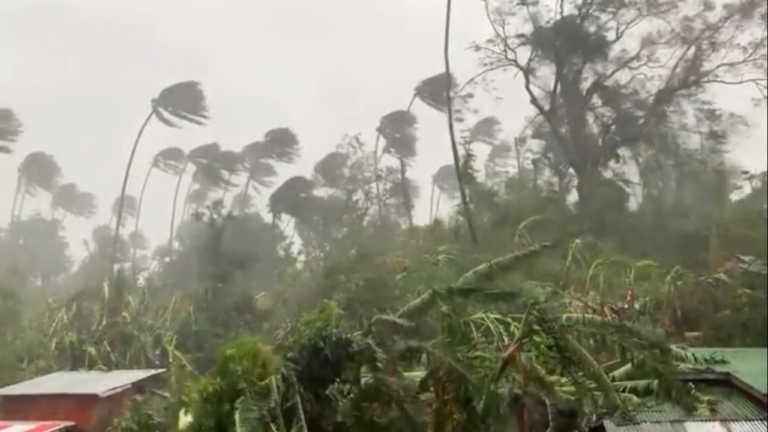 Φιλιππίνες: Σαρώνει τη χώρα ο τυφώνας Μολάβε – Πάνω από 70.000 άνθρωποι απομακρύνθηκαν από τα σπίτια τους