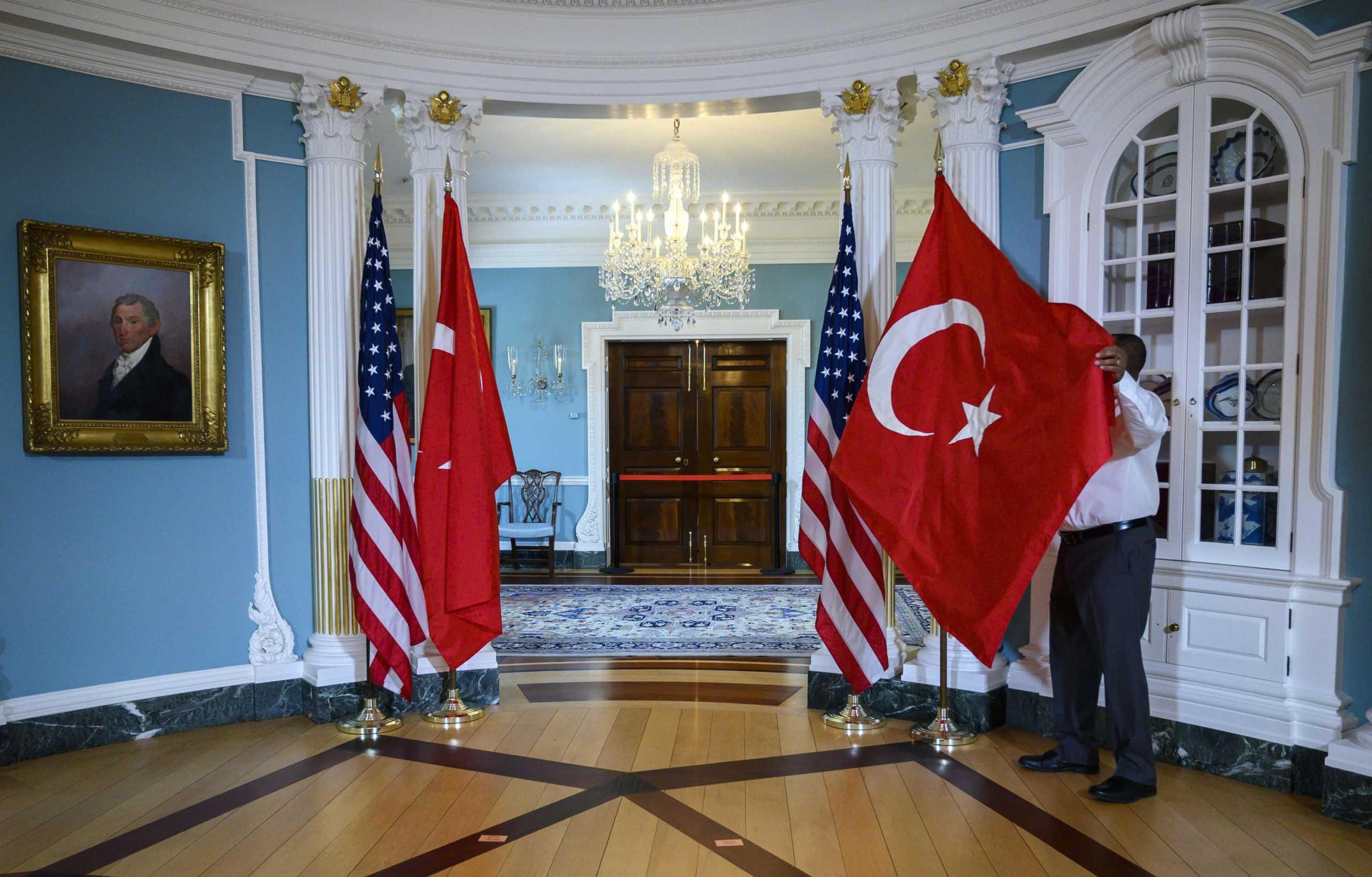 τουρκικές και αμερικανικές σημαίες