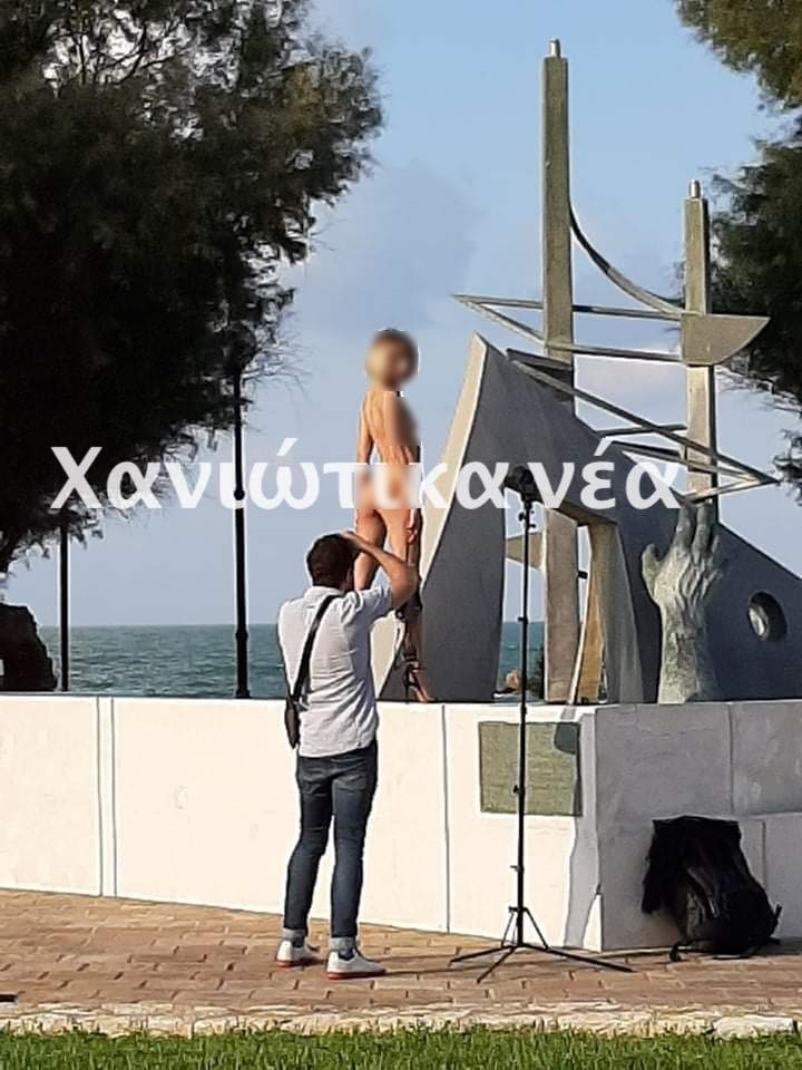 Κρήτη: Περπατούσαν και έπεσαν πάνω σε γυμνή φωτογράφιση! Πήραν φωτιά τα κινητά τηλέφωνα (pics)