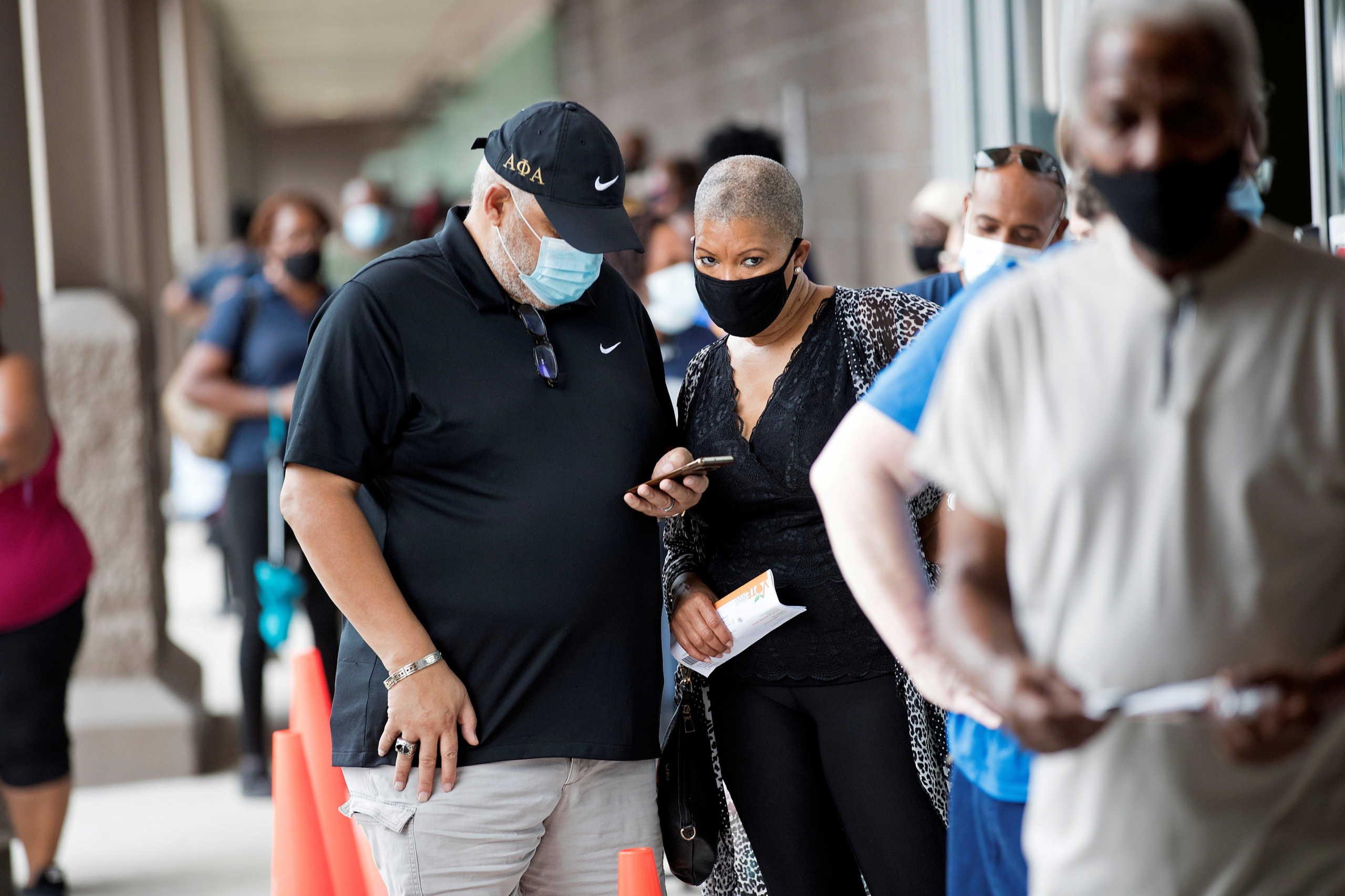 κάτοικοι της Φλόριντα με μάσκες