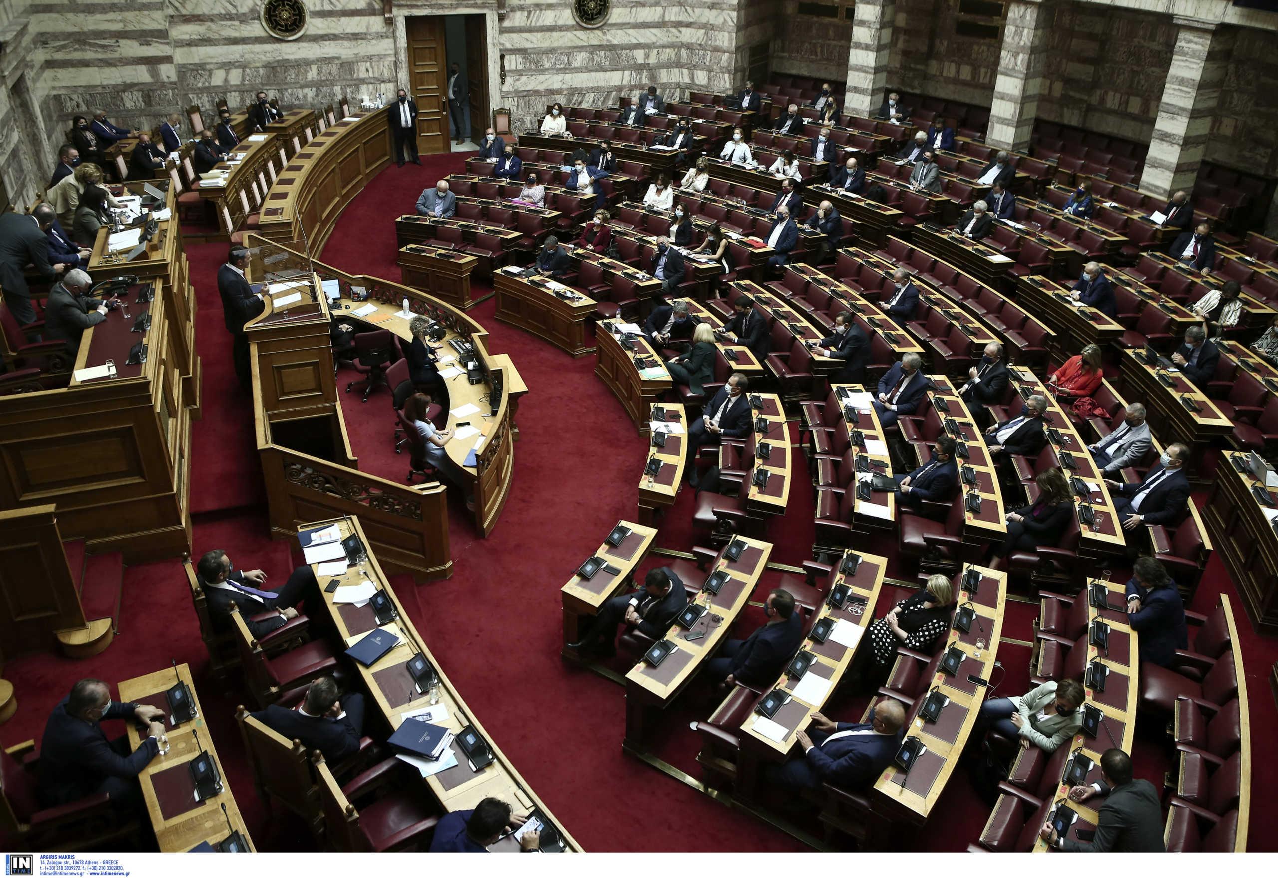 Κατατέθηκε στη Βουλή το νομοσχέδιο για τη μείωση των ασφαλιστικών εισφορών
