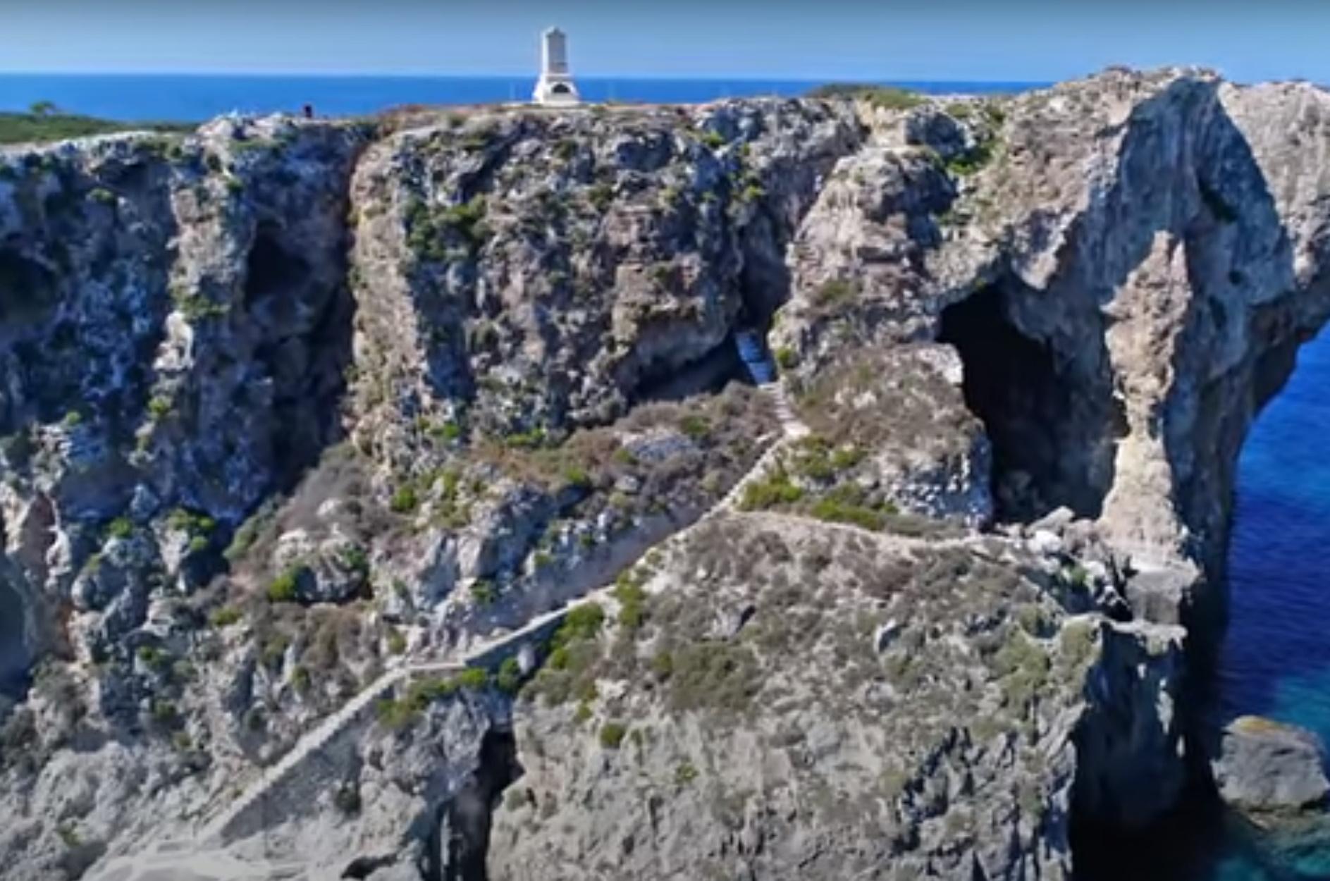 """Τσιχλί Μπαμπά: Το """"κατακόρυφο"""" ελληνικό νησί όπου είναι θαμμένοι Γάλλοι και ο ανιψιός του Ναπολέοντα"""