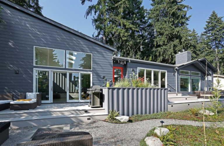 Δείτε πως μεταμορφώθηκε ένα σπίτι του 1960 με την προσθήκη κοντέινερ