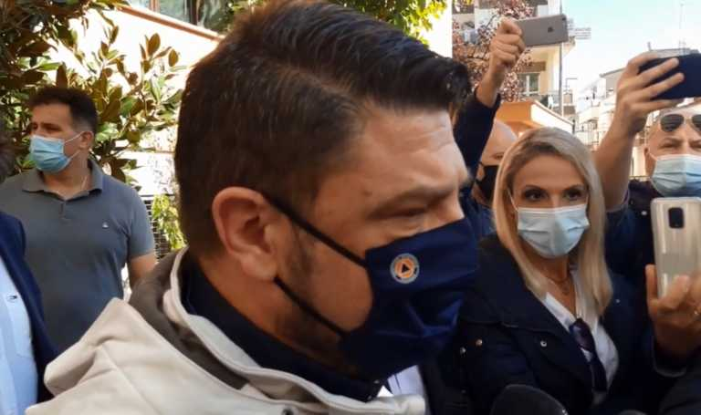 Τα «έχωσε» σε παραγωγό λαϊκής στην Κοζάνη ο Χαρδαλιάς επειδή είχε… μάσκα στο πηγούνι!