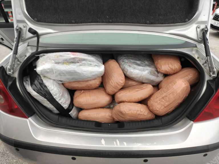 Θεσπρωτία: Οδηγούσαν με... 72 κιλά κάνναβης στο αυτοκίνητο (pics)