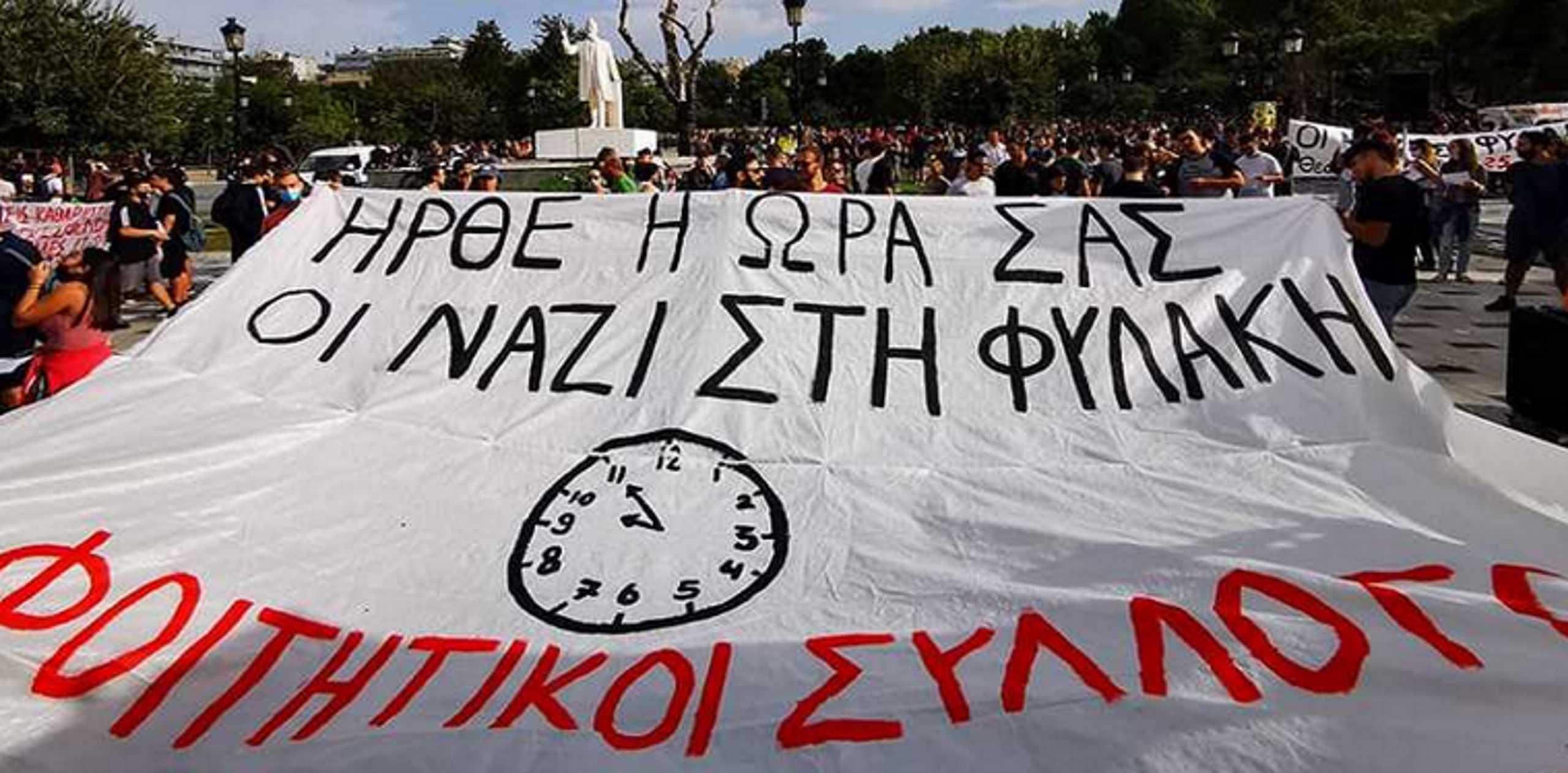 """Δίκη Χρυσής Αυγής: Έτσι περιμένουν την απόφαση στη Θεσσαλονίκη! """"Ναζί ήρθε η ώρα σας"""" (Βίντεο)"""