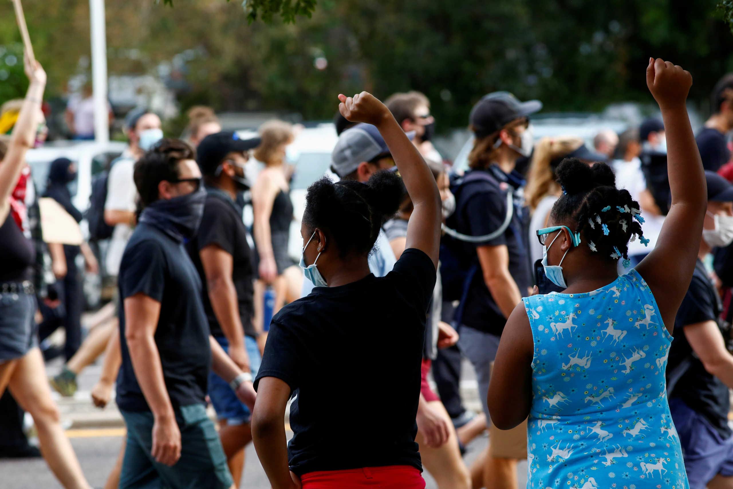 νεαροί διαδηλώνουν ενάντια στην αστυνομική βία