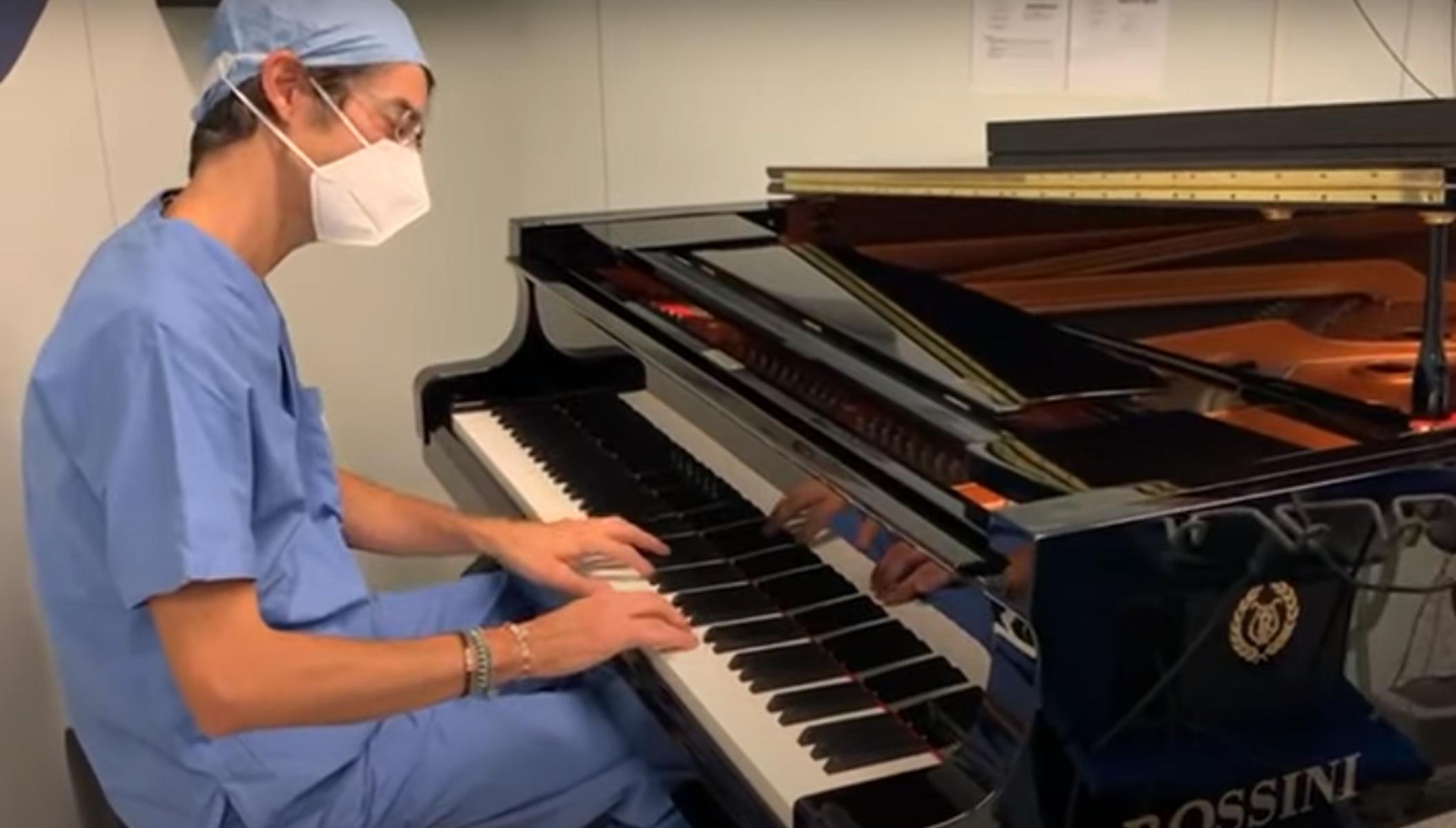 Ιταλία: Γιατρός έπαιζε πιάνο δίπλα σε 10χρονο ασθενή