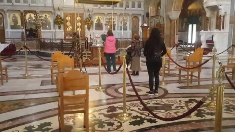 Πάτρα: Με κατάνυξη αλλά και αποστάσεις οι πιστοί στον Άγιο Ανδρέα (pics, video)
