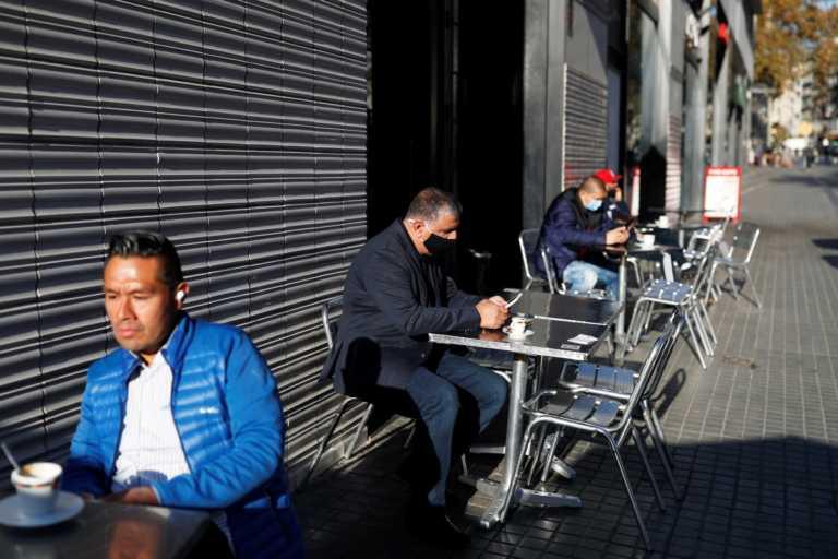 Καταλονία: Μερική άρση του lockdown – Άνοιξαν με μειωμένο ωράριο μπαρ και εστιατόρια