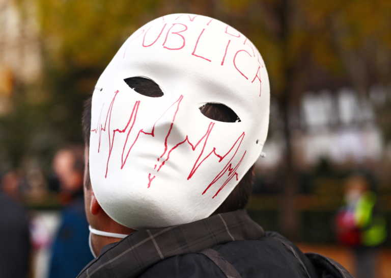 Ισπανία: Διαδήλωση με μάσκες και τύμπανα για τις περικοπές στο σύστημα υγείας (pics)