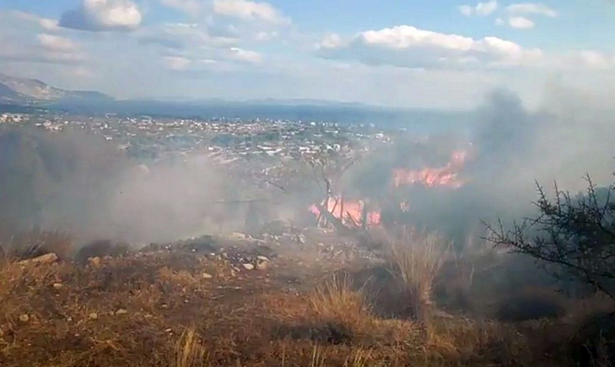 Άγιοι Θεόδωροι Κορινθίας: Μεγάλη φωτιά κοντά σε σπίτια – Μάχη με τις φλόγες και τα μποφόρ (video)