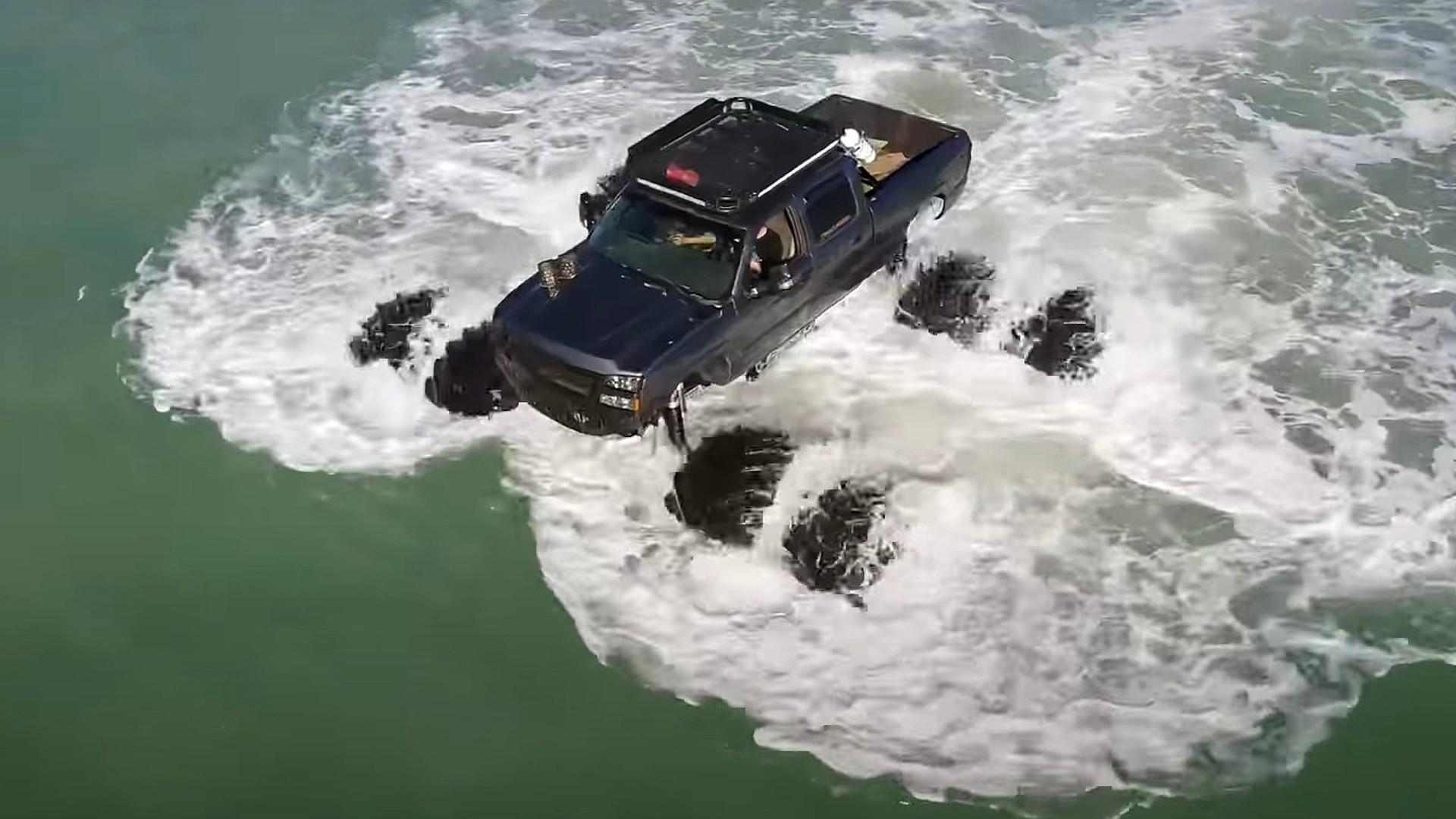 Οδήγησε το pick-up του μέσα στη θάλασσα! [video]