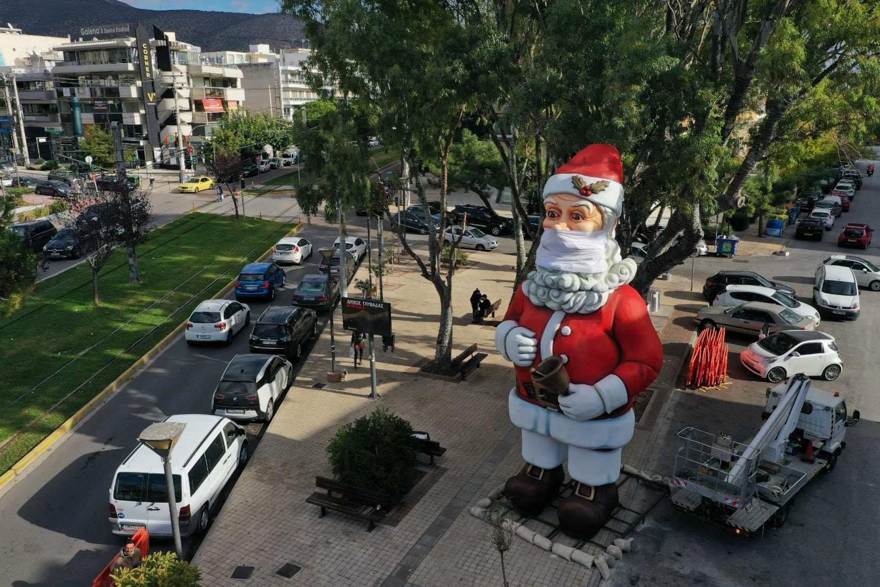 Πανύψηλος Άγιος Βασίλης με μάσκα στη Γλυφάδα! (pics)