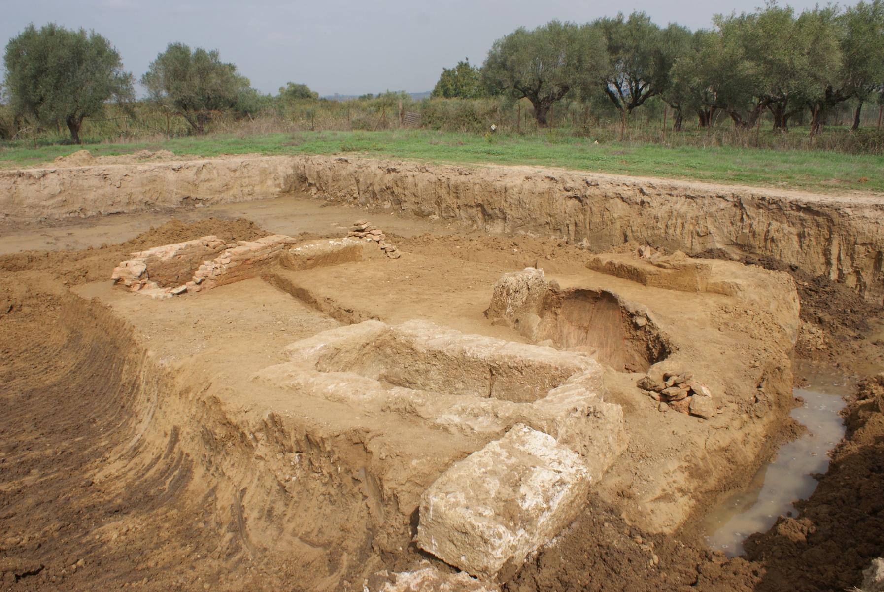 Ηλεία: Ανακαλύφθηκαν τάφοι 2.400 ετών της αρχαίας Ήλιδας (pics)