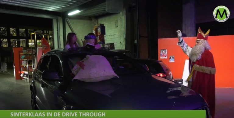 Ολλανδία: Σε drive-in συναντούν τα παιδιά τον Άγιο Νικόλαο, πρόδρομο του Άη Βασίλη (video)