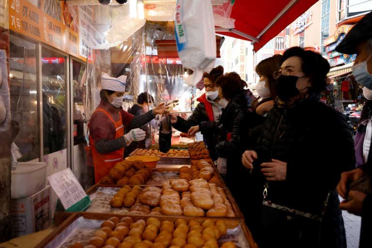 """Τρίτο κύμα κορονοϊού στη Ν. Κορέα: """"Πληγή"""" οι ασυμπτωματικοί που είναι το 40% των νέων κρουσμάτων!"""