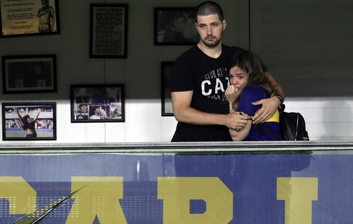 """Μαραντόνα: """"Κατέρρευσε"""" η κόρη του Ντιέγκο στην αφιέρωση των παικτών της Μπόκα (video)"""
