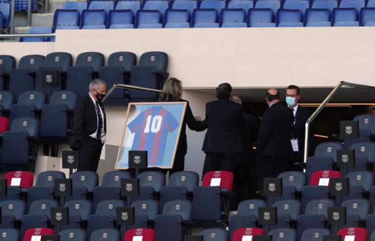 """Η Μπαρτσελόνα τιμά τον Μαραντόνα! Η φανέλα με το """"10"""" στα επίσημα του """"Καμπ Νου"""" (pics)"""