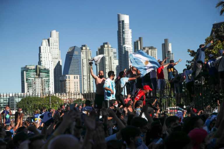 Μαραντόνα: Χάος στο προσκύνημα για τον Ντιέγκο – Δακρυγόνα και συλλήψεις! Μεταφέρθηκε η σορός