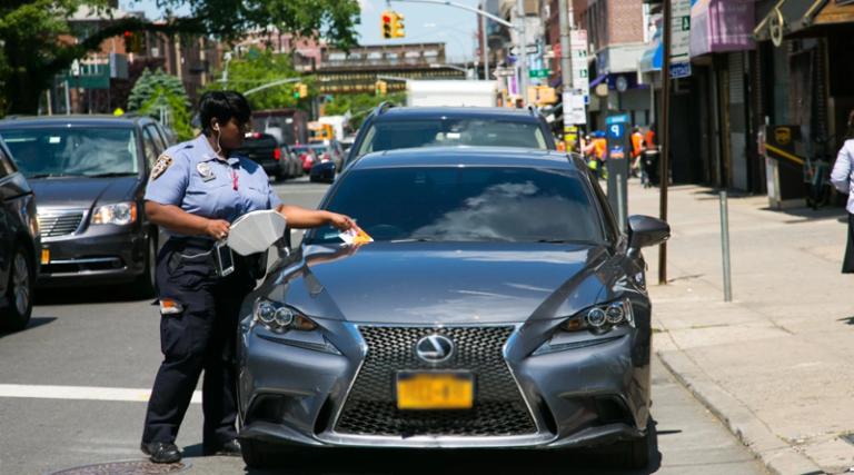 Η τροχαία θα δίνει μπόνους σε όσους «καρφώνουν» τους οδηγούς που παρκάρουν παράνομα!