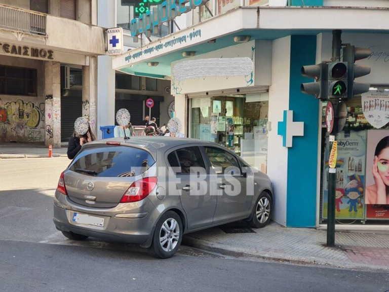 Πάτρα: Αυτοκίνητο έπεσε πάνω σε φαρμακείο (pics)