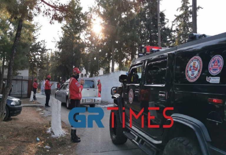 """Θεσσαλονίκη – Κορονοϊός: Συγκίνηση στο τελευταίο αντίο στον Σάκη Σωτηράκη – """"Ζεις, εσύ μας οδηγείς"""" φώναζαν (pics, video)"""