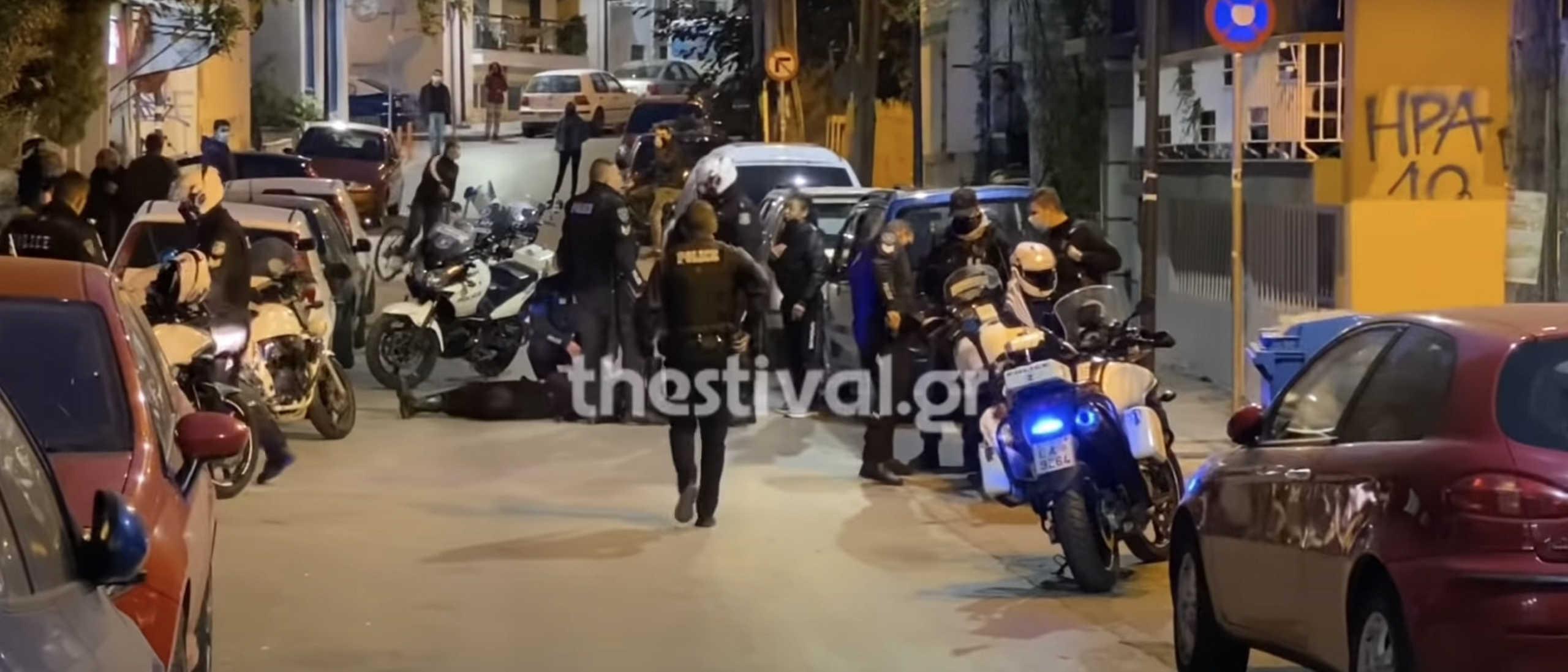 Θεσσαλονίκη: Στο αυτόφωρο οι 6 νεαροί που επιτέθηκαν στους αστυνομικούς σε έλεγχο για κορονοϊό (video)