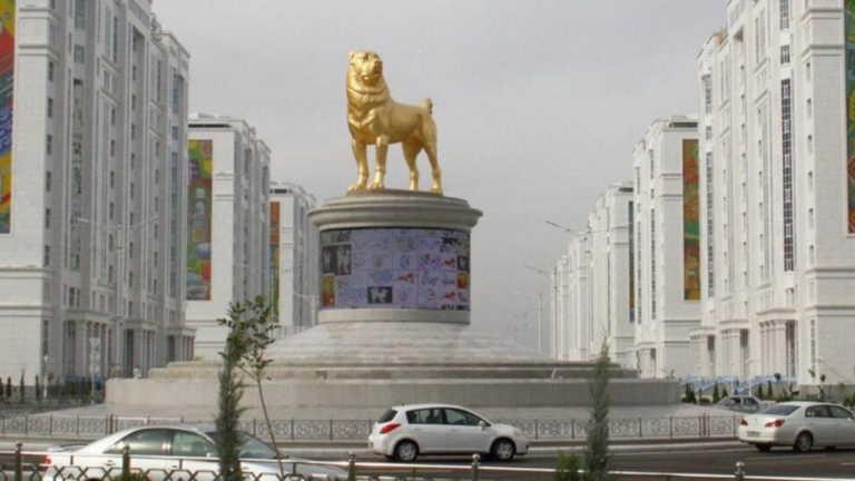 Τουρκμενιστάν: Εξάμετρο χρυσό άγαλμα ενός σκύλου έστησε ο ηγέτης της χώρας! (pics, video)
