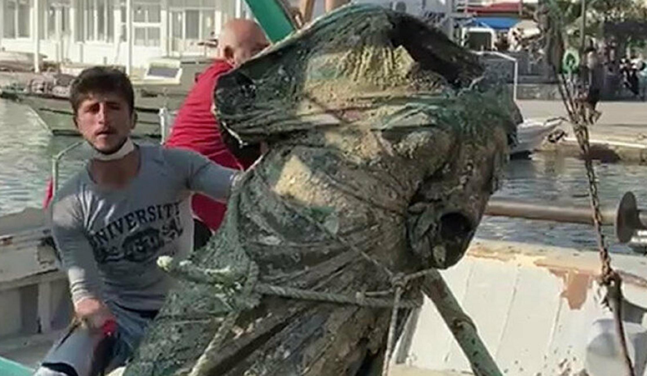 Αιγαίο: Τούρκοι ψαράδες έμειναν άφωνοι μόλις σήκωσαν τα δίχτυα! Το εκπληκτικό χάλκινο άγαλμα ανοιχτά της Καλύμνου (Φωτό)