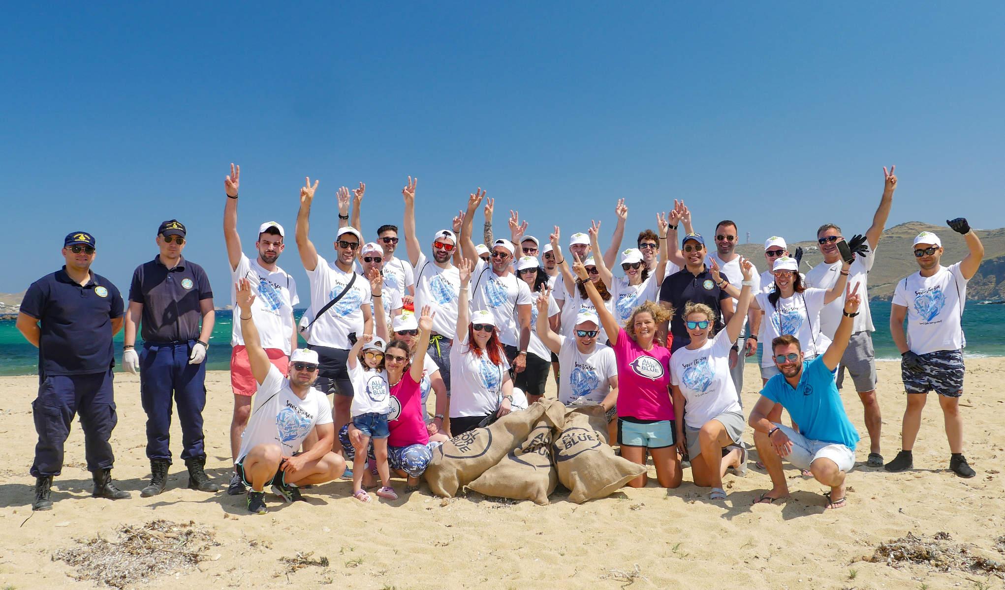 Σχεδόν 32 τόνους απορριμμάτων από τη θάλασσα των Κυκλάδων μάζεψε η ομάδα All for Blue