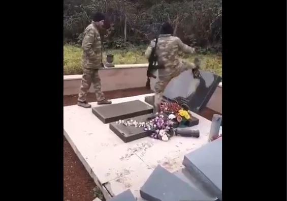 Βαρβαρότητα και αποτροπιασμός: Αζέροι στρατιώτες γελώντας βεβηλώνουν τάφους Αρμενίων! [vid]