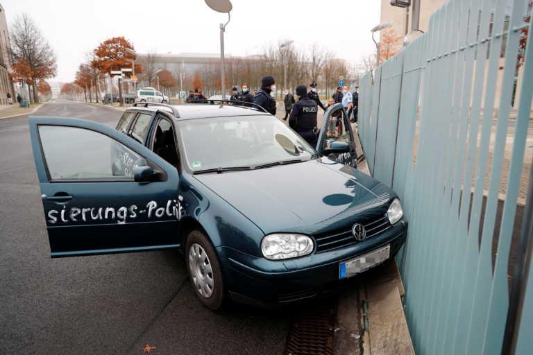 """Συναγερμός στο Βερολίνο! Αυτοκίνητο έπεσε στην πόρτα της καγκελαρίας – Γραμμένο """"μήνυμα"""" στις πόρτες (pics)"""