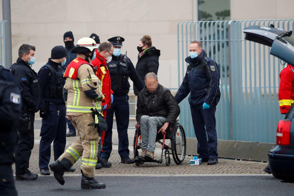 Βερολίνο: Ο τύπος με το ΙΧ που έπεσε στην πύλη της Καγκελαρίας είχε «ξαναχτυπήσει» το 2014!